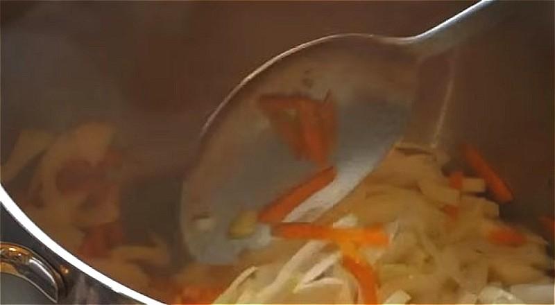 обжариваем в кастрюле морковь, затем добавляем лук и продолжаем обжаривать до мягкости