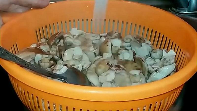 отваренные маслята промываем под проточной холодной водой