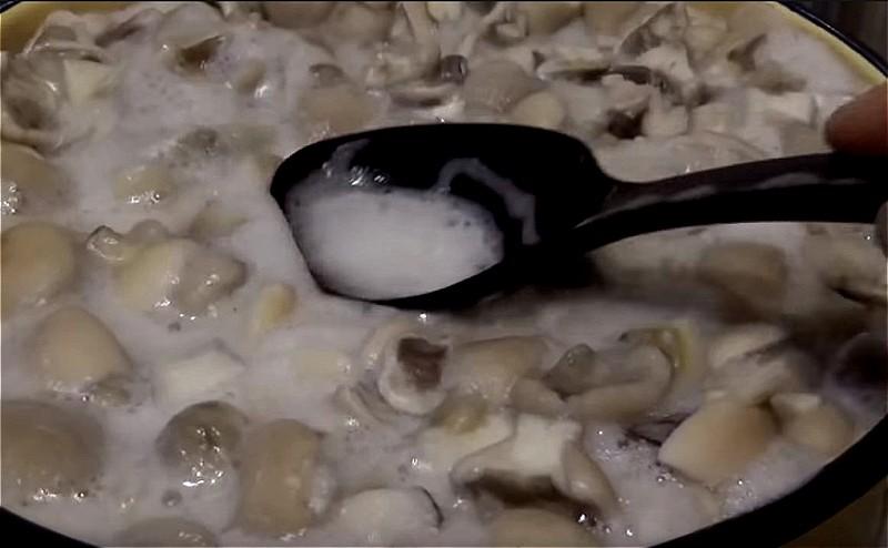очищаем маслята и ставим варится 15 минут