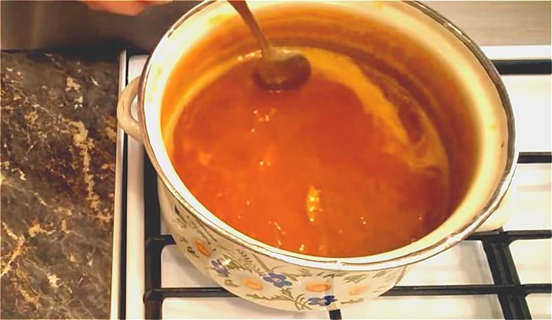 варим абрикосовое варенье 15 минут, добавляя лимонную кислоту и сахар