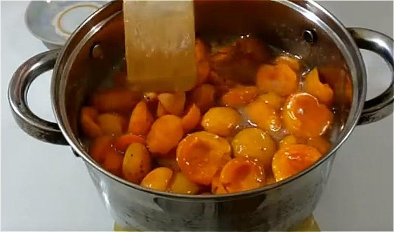 варим сироп и кладем туда абрикосы настаиваться