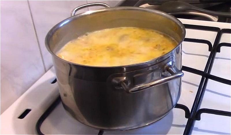 варим сырный суп с грибами