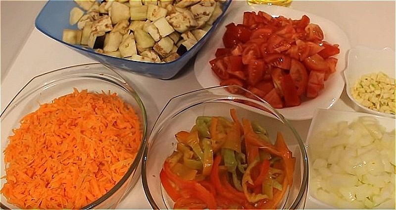 все овощи для икры нарезаем в произвольной форме