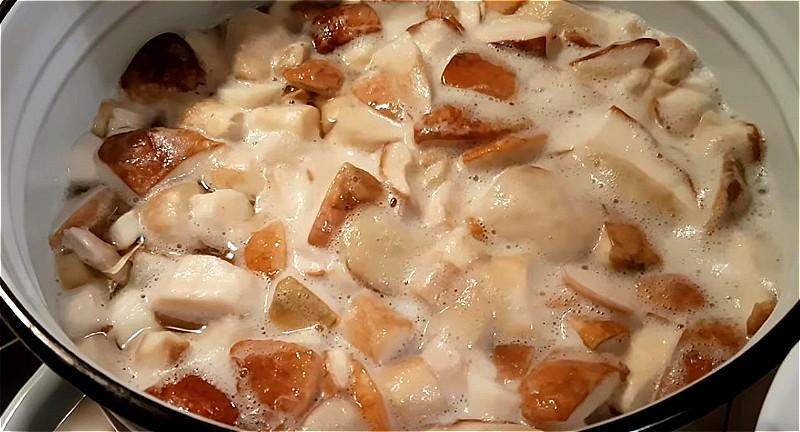 белые грибы очищаем, промываем, нарезаем и ставим вариться на 20 минут