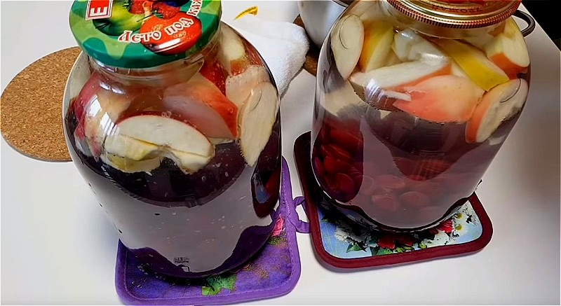 Яблоки и вишню кладем в банку и заливаем кипятком