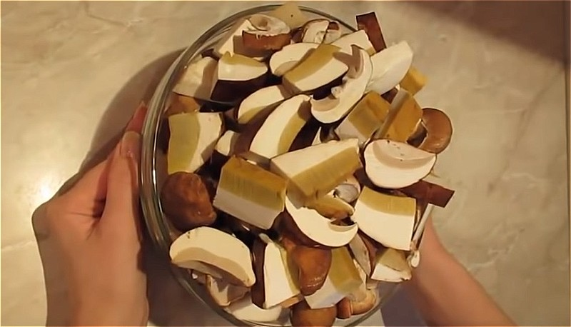 нарезаем грибы для сушки на нитке