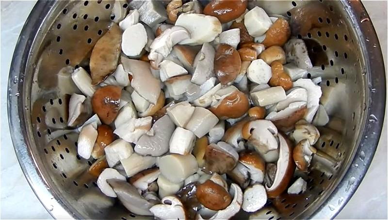 отвариваем грибы и промываем водой