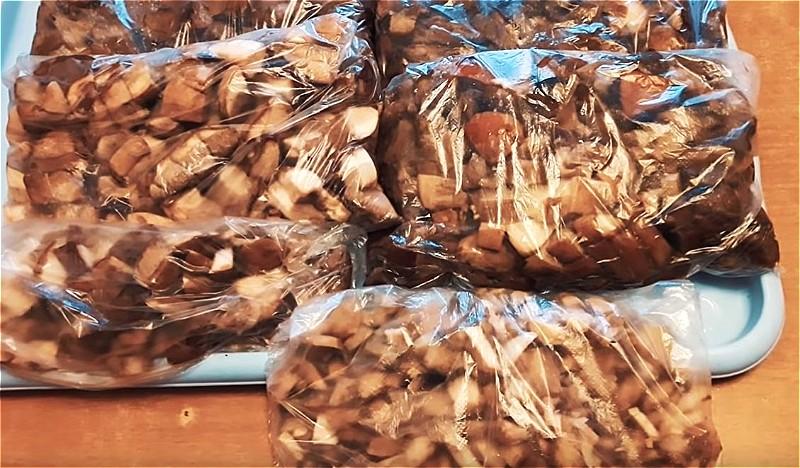 складываем грибы в полиэтиленовые пакеты и убираем в морозилку
