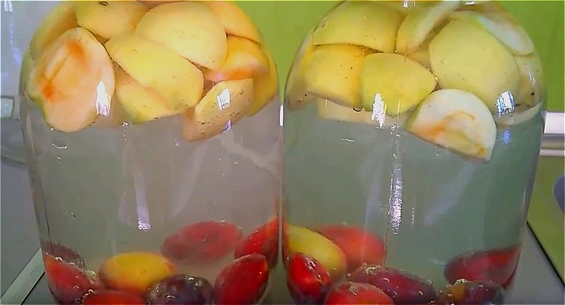 складываем яблоки и сливы в банку и заливаем холодной водой