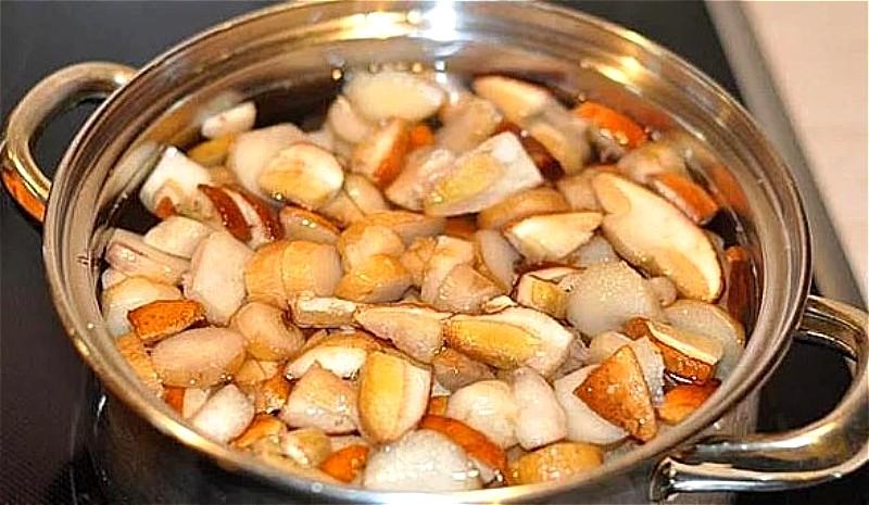 грибы промываем, нарезаем и отвариваем 20-30 минут