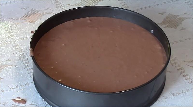 Делаем шоколадную массу и выливаем на основу из печенья