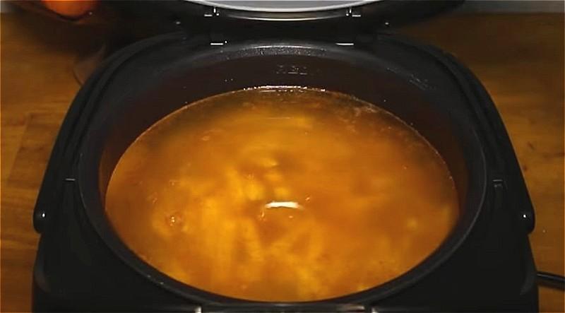 заливаем продукты водой и включаем мультиварку для варки рассольника