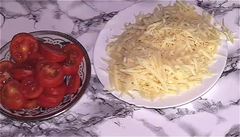 Нарезаем помидоры и лук, натираем сыр