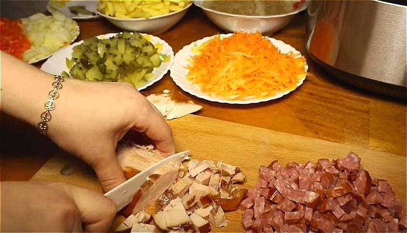 нарезаем продукты для рассольника с копченостями