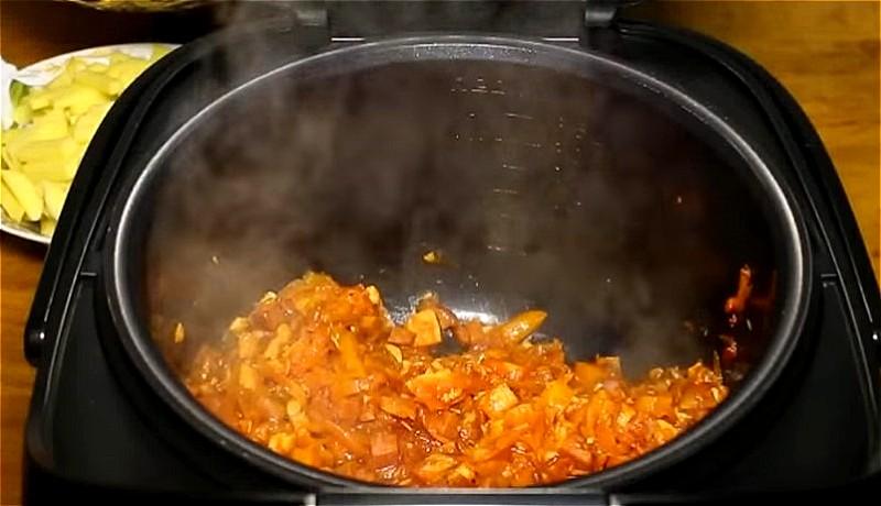 обжариваем и тушим овощи в мультиварке для рассольника
