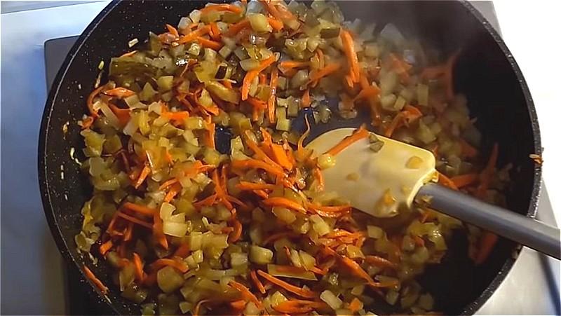 обжариваем морковь, лук и соленые огурцы