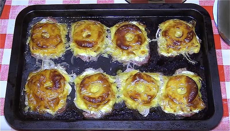 Свинина по-французски с ананасом и сыром