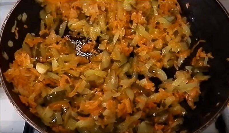 обжариваем и тушим лук, морковь и огурцы