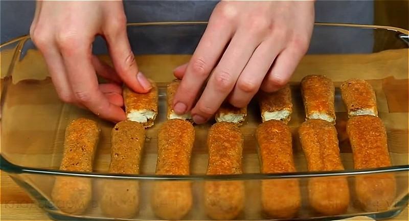 смачиваем печенье в форму и укладываем в форму