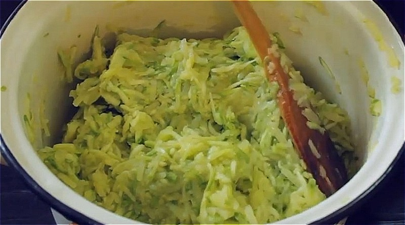 добавляем к кабачком тертый картофель и чеснок