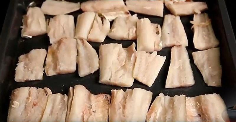 филе минтая нарезаем и отправляем в духовку