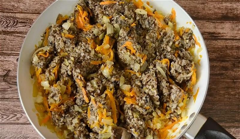 обжариваем лук, морковь и грибной фарш