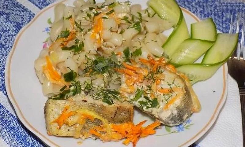 минтай в духовке с морковью и луком в сметане
