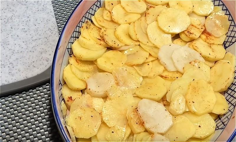 нарезаем картошку кружочками и укладываем в форму