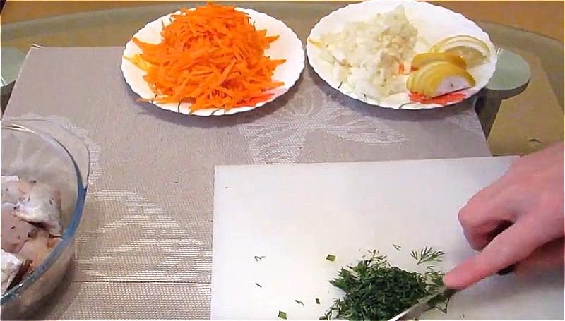 нарезаем лук, морковь, лимон и укроп