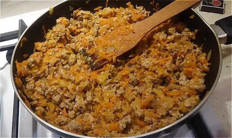 обжариваем фарш с луком и морковью