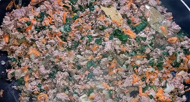 обжариваем лук и морковь с фаршем и зеленью