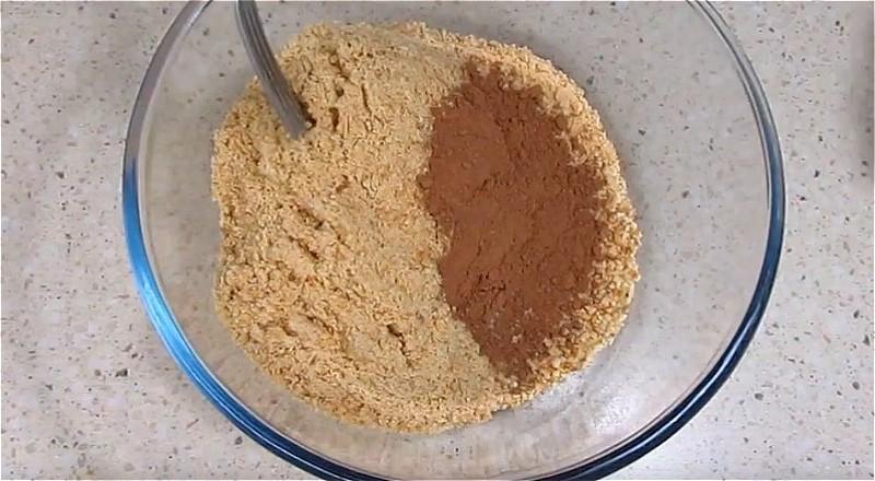 Измельчаем печенье и смешиваем с какао