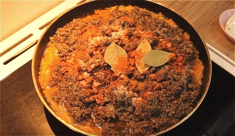 тушим икру из опят с морковью и луком 2 часа