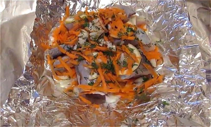 укладываем минтай с луком и морковью в фольгу