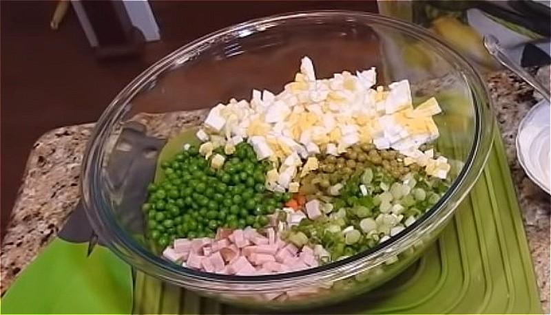 все подготовленные овощи, колбасу и яйца выложите в тазик