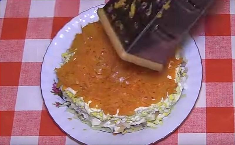 далее выкладываем тертые яйца, смазываем майонезом и кладем тертую морковь