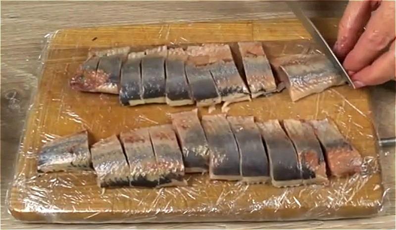 Как засолить селедку в домашних условиях - рецепты приготовления сухим способом, в рассоле