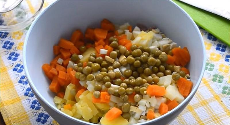 Все ингредиенты режем кубиками и кладем в одно большое блюдо