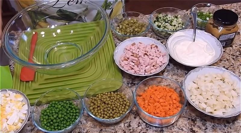 Все продукты для салата оливье нарезаем кубиками