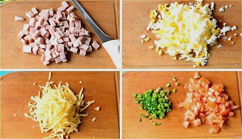 нарезаем ветчину, помидоры, лук, яйца и сыр
