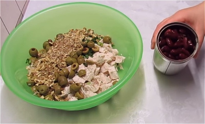 нарезаем все продукты для салата и смешиваем в одном блюде