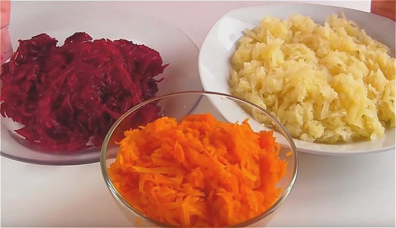 натираем вареные овощи на крупной терке