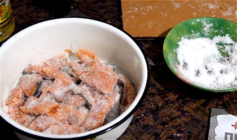 Обваливаем в соли каждый кусочек