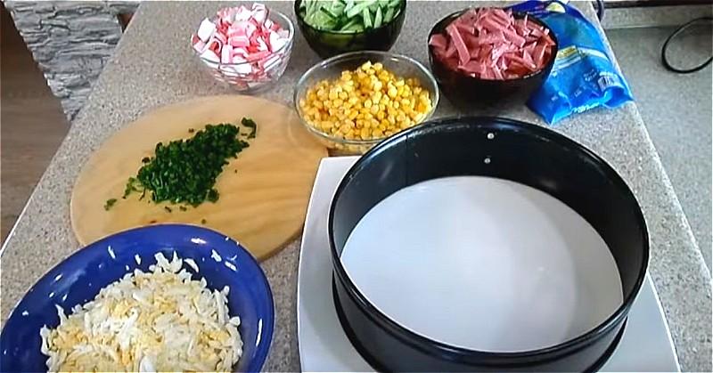 подготавливаем ингредиенты для крабового салата