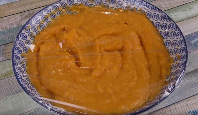 измельчаем вареную морковь в пюре и смешиваем с майонезно-желатиновой массой