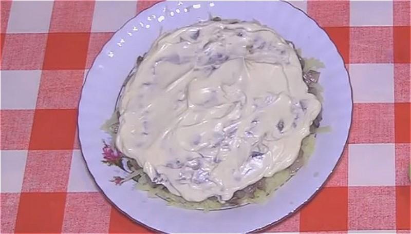 выкладываем первый слой из картофеля, затем селедку и смазываем майонезом