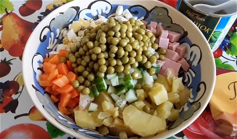 Выкладываем все подготовленные ингредиенты в глубокое блюдо