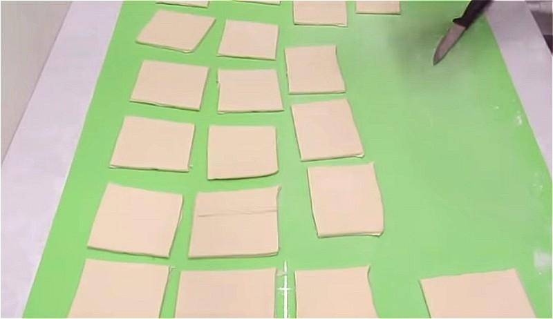 нарезаем тесто на квадратики