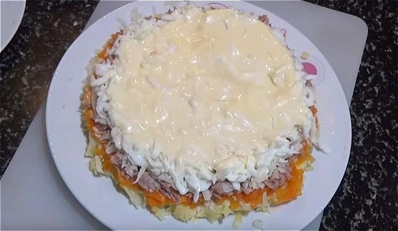 далее выкладываем слой сыра, затем яичные белки