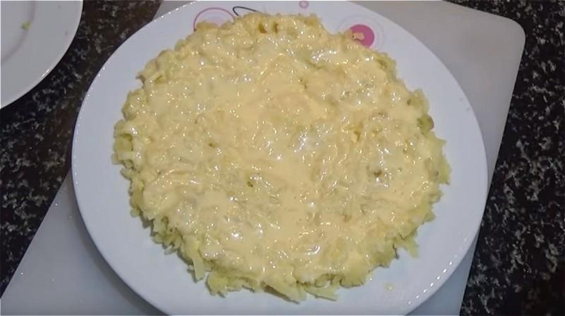 Первый слой мимозы - картошка
